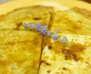 Francuskie naleśniki crepes suzette z pomarańczami