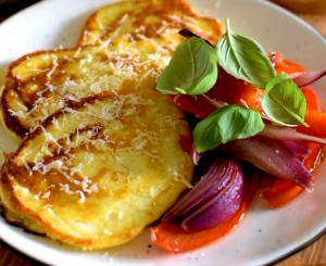 Serowe placuszki z pieczonymi warzywami